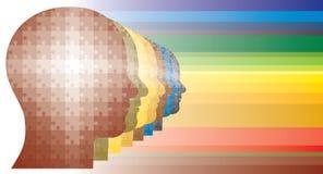Le puzzle coloré se dirige dans la ligne dans des couleurs d'arc-en-ciel Photographie stock libre de droits