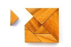 Le puzzle en bois de tangram dans l'attente carrée de forme accomplissent Images libres de droits