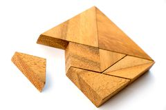 Le puzzle en bois de tangram dans l'attente carrée de forme accomplissent Image stock