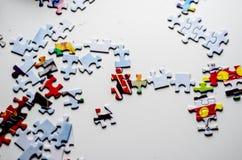 Le puzzle rapièce la table blanche Images libres de droits