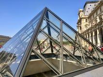 Le Pyramide in Paris Stockbilder