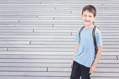 Le pysen med ryggsäcken Dra tillbaka till skolan, utbildning, loppbegrepp Arkivbild