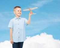 Le pysen som rymmer en träflygplanmodell Royaltyfria Foton