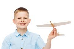 Le pysen som rymmer en träflygplanmodell Arkivfoto