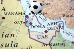 Le Qatar sur une carte avec la broche du football Photographie stock libre de droits