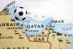 Le Qatar sur une carte avec une broche de bille de football Image libre de droits