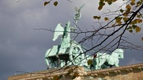 Le Quadriga de la Porte de Brandebourg derri?re des branches et des feuilles ? Berlin, Allemagne banque de vidéos