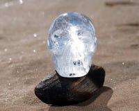 Le quartz clair a découpé Crystal Skull sur la plage au lever de soleil image stock
