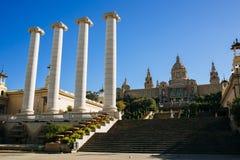 Le quattro colonne Puig i Cadafalch e Royal Palace a Barcellona immagini stock libere da diritti