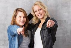 Le queremos - las muchachas que señalan con el dedo Imágenes de archivo libres de regalías