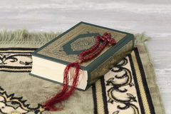Le Quran et les perles de prière Photo stock
