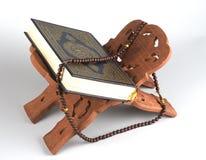 Le Quran islamique saint de Coran de livre s'est fermé avec le rosaire Photographie stock libre de droits