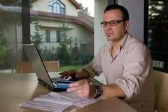 Le règlement affiche en ligne utilisant par la carte de crédit Photos stock