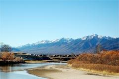 Le règlement près des montagnes Photographie stock libre de droits