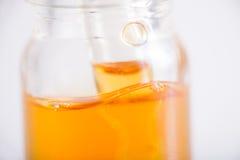 Le récipient avec de l'huile de CBD, cannabis vivent extraction de résine d'isolement image stock