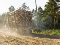 Le récipient de transport de bois de construction Image stock
