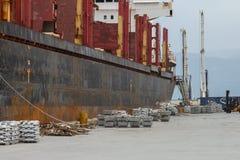Le récipient est abaissé du bateau qui approche le port photographie stock
