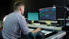 Le rédacteur audio travaille à la voie audio dans le bruit de studio images stock