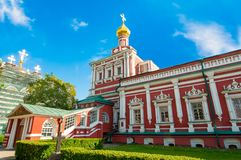 Le réfectoire avec l'église du Dormition au couvent de Novodevichy, également connue sous le nom de monastère de Bogoroditse-Smol images libres de droits