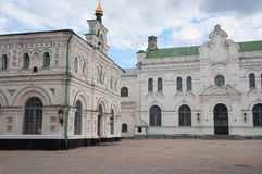 Le réfectoire et le bâtiment métropolitain à Kiev-Pechersk Lavra Photo libre de droits