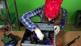 Le réparateur féminin d'ordinateur enlèvent la mémoire de RAM du PC de bureau banque de vidéos
