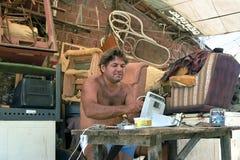 Le réparateur latin travaille dans son atelier de réparations, Brésil Photographie stock libre de droits