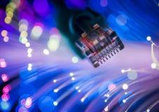 Le réseau câble le plan rapproché avec optique de fibre Images libres de droits