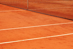 Le réseau et les lignes d'un court de tennis Photo libre de droits