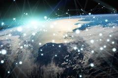 Le réseau global et les échanges de données au-dessus de la terre 3D de planète les déchirent Images libres de droits