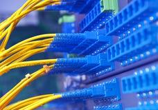 Le réseau optique de fibre câble le tableau de connexions Image stock