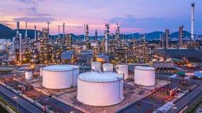 Le réservoir chimique aérien de pétrole et de gaz de vue supérieure avec le raffinerie de pétrole prévoient Photos libres de droits