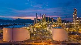 Le réservoir chimique aérien de pétrole et de gaz de vue supérieure avec le raffinerie de pétrole prévoient Images libres de droits
