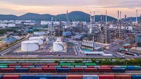Le réservoir chimique aérien de pétrole et de gaz de vue supérieure avec le raffinerie de pétrole prévoient Photo stock