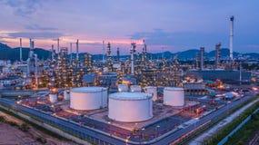 Le réservoir chimique aérien de pétrole et de gaz de vue supérieure avec le raffinerie de pétrole prévoient Photographie stock