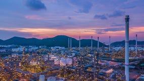 Le réservoir chimique aérien de pétrole et de gaz de vue supérieure avec le raffinerie de pétrole prévoient Photos stock