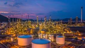 Le réservoir chimique aérien de pétrole et de gaz de vue supérieure avec le raffinerie de pétrole prévoient Images stock