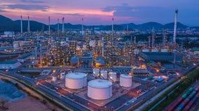 Le réservoir chimique aérien de pétrole et de gaz de vue supérieure avec le raffinerie de pétrole prévoient Photo libre de droits