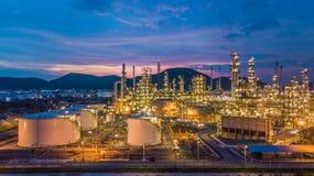 Le réservoir chimique aérien de pétrole et de gaz de vue supérieure avec le raffinerie de pétrole prévoient Photographie stock libre de droits