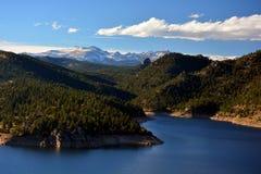 Le réservoir de montagne avec la neige a couvert des crêtes Image stock