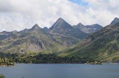 Le réservoir de Respomuso autrefois un lac naturel de montagne, ou le ³ n, le ³ n, Pyrénées d'ibà d'Aragà s'étendent Image libre de droits