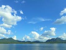 Le réservoir montagneux est contexte un jour lumineux de ciel photos libres de droits