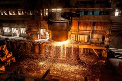 Le réservoir verse l'acier liquide sous les formes image stock