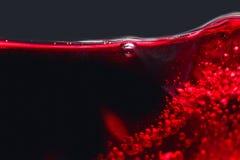 Le résumé éclabousse du vin rouge sur un fond noir Photos libres de droits