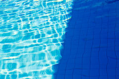 Le résumé du soleil s'est reflété dans l'eau de la piscine : Bl Photos stock