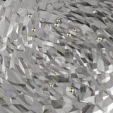 Le résumé polygonal a fripé la surface triangulaire avec des sphères en métal flottant en haut Images libres de droits
