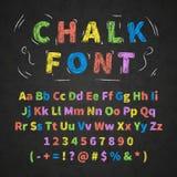 Le rétro alphabet tiré par la main coloré marque avec des lettres le dessin avec la craie sur le tableau noir illustration stock