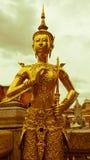 Le rétro effet de vintage a filtré l'image de style de hippie de la belle statue d'or Thaïlande d'ange Image stock