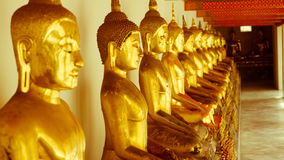 Le rétro effet de vintage a filtré l'image de style de hippie de la statue d'or de Bouddha et l'architecture thaïlandaise d'art d Photographie stock libre de droits