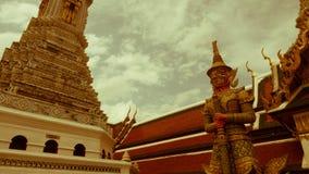 Le rétro effet de vintage a filtré l'image de style de hippie de la statue géante et de l'architecture thaïlandaise d'art Images stock