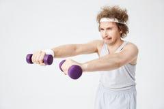 Le rétro homme faible dans des sports démodés portent la formation dur photographie stock libre de droits